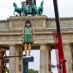 Die kleine Riesin wechselt über das Brandenburger Tor die Seiten