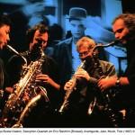 Saxophonquartett vor Kinoleinwand mit Buster Keeton